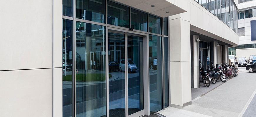 Instalación de puertas de cristal en hoteles